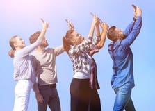 Isolato su bianco amici felici che fanno un selfie Fotografie Stock Libere da Diritti