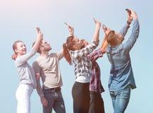 Isolato su bianco amici felici che fanno un selfie Immagini Stock