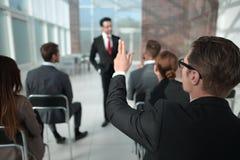 Isolato su bianco ascoltatore di seminario di affari, chiedente l'altoparlante immagini stock