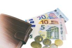 Isolato su bianco Contanti di UE Lle banconote di 5, 10, 20 euro Alcune monete Portafoglio di marrone del ` s dell'uomo Fotografie Stock Libere da Diritti