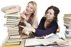 Isolato sulle ragazze di bianco due con i libri Fotografie Stock Libere da Diritti