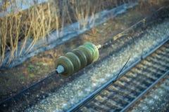 Isolator på överföringslinjen över järnvägen Royaltyfri Foto