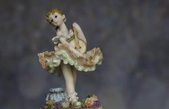 Isolatore a campana d'uso della figurina d'annata della ragazza immagine stock libera da diritti