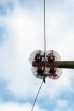 Isolatoren einer Hochspannungsleitung Lizenzfreie Stockfotografie