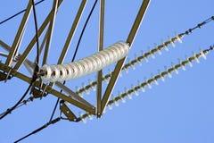 Isolatorer av high-voltage kraftledningar fotografering för bildbyråer