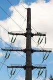 Isolatorer av kraftledningen är serviceledare och motstår svallvågor tack vare som kopplar blixt Arkivfoton