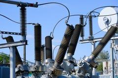 Isolatorer och transformatorer på den elektriska avdelningskontoret arkivbild