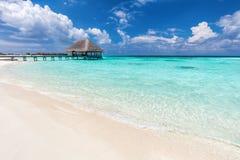 Isole dei Maldives Molo di legno con la casetta di rilassamento dell'acqua fotografia stock