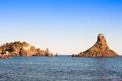 Isole del ciclope in Acitrezza fotografia stock