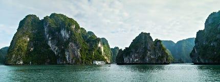 Isole della baia di Halong Mare della Cina Meridionale Vietnam delle isole della roccia Sito Asia di concetto di ecosistema fotografie stock