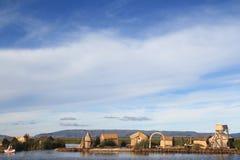 Isole di galleggiamento del Titicaca sotto un cielo blu Fotografie Stock