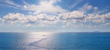 Isole di Gorgona e di Capraia in arcipelago toscano Vi panoramico fotografia stock libera da diritti