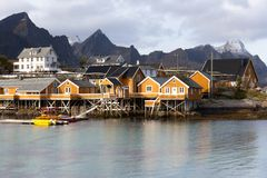 Isole di Lofoten - di Sakrisoy - la Norvegia fotografie stock libere da diritti