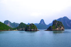 Isole di morfologia carsica nel mare Fotografie Stock Libere da Diritti
