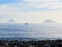 Isole di Panarea e di Stromboli vedute dall'isola della salina nelle isole eolie, Sicilia, Italia immagini stock