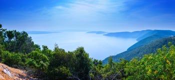 Isole di un verde dell'arcipelago nel mare calmo nel giorno di estate caldo fotografia stock libera da diritti