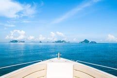 Isole e barca tropicali Fotografia Stock