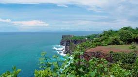 Isole e scogliere di pietra sulla costa dell'isola, Indonesia, Bali video d archivio