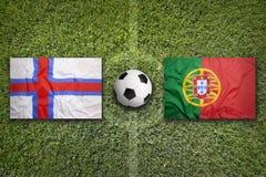 Isole faroe contro Bandiere del Portogallo sul campo di calcio Fotografie Stock