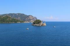 Isole nel mare blu Le barche stanno nuotando Orizzonte Fotografie Stock Libere da Diritti
