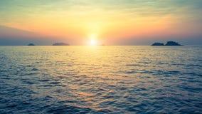Isole nel mare durante il tramonto stupefacente nave Fotografie Stock Libere da Diritti