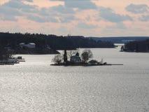 Isole nell'abbagliamento solare del Mar Baltico sull'acqua Immagine Stock