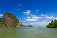 Isole in una baia di Phang Nga Immagini Stock