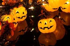Isoleer Halloween-rond pompoenlicht met vrienden Stock Afbeelding