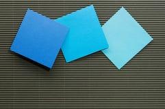 Isoleer multi de documenten van de kleurennota blad stock foto's