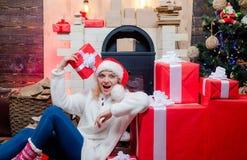 Isoleer op wit De vrouwen van de kerstman met zakken Mooie Glimlachende Vrouw De vooravond van Kerstmis De nieuwe doos van de jaa stock foto's