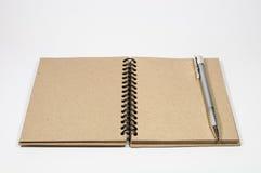 Isoleer pen en uitstekend notitieboekje Stock Foto