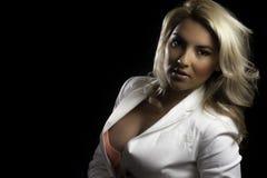Isoleerde de het Meisjes Witte Blazer van blondelatina Zwarte Achtergrond Stock Afbeeldingen