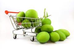 Isoleerde vele groene mango's in de mand stock afbeeldingen