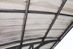 Isolera av loften med den kalla barriären för glasfiber och den reflekterande värmebarriären arkivbild