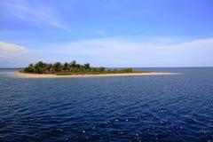 Isolerad ö i Sumbawa Indonesien arkivfoton