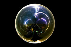 Isolerad abstrakt bult för åskastormblixt i den glass bollen på svart bakgrund med den snabba banan Arkivbild