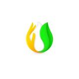 Isolerad abstrakt vit droppe av mjölkar i grönt nytt blad, och apelsinen gömma i handflatan logo Mejeriproduktlogotyp Gräddfil el Royaltyfria Bilder