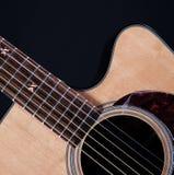 isolerad acustic svart gitarr Fotografering för Bildbyråer