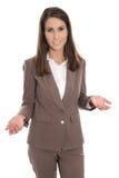 Isolerad affärskvinna i brunt som framlägger och visar med handen Fotografering för Bildbyråer