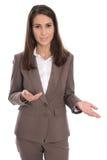 Isolerad affärskvinna i brunt som framlägger och visar med handen Royaltyfri Fotografi