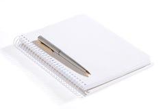 isolerad anteckningsbokpenna Arkivfoto