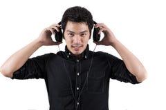 Isolerad asiatisk man med hörlurar med mikrofon Royaltyfri Bild