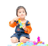 Isolerad asiatisk ungeflicka som spelar med leksaker Royaltyfri Foto