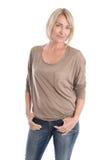Isolerad attraktiv kvinna i fortiesna som bär jeans och Arkivfoton