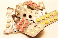 isolerad bakgrund packar vita pills arkivfoton
