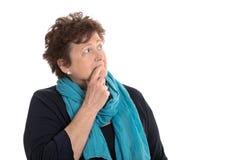 Isolerad bedövad hög kvinna som ser eftertänksam och sorgsen sida Royaltyfri Fotografi