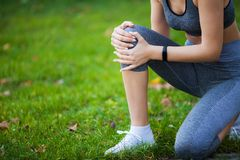 isolerad benwhite för bakgrund skada Härlig kvinnakänsla smärtar i knä arkivfoto