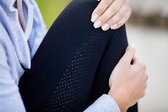 isolerad benwhite för bakgrund skada Kvinnalidande från smärtar i ben efter genomkörare royaltyfri foto
