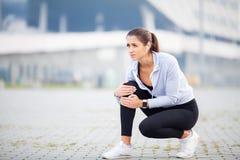 isolerad benwhite för bakgrund skada Kvinnalidande från smärtar i ben efter genomkörare arkivfoton