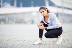 isolerad benwhite för bakgrund skada Kvinnalidande från smärtar i ben efter genomkörare royaltyfri bild